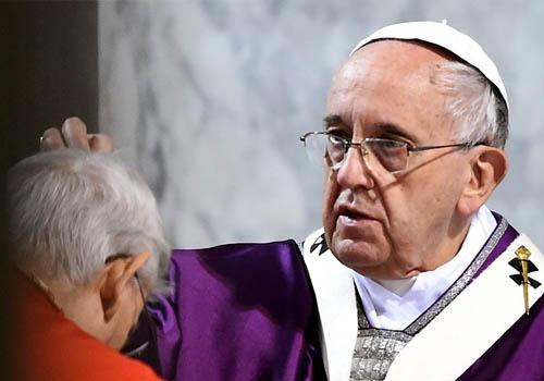 """""""Besar las llagas abiertas..."""" el llamado de Francisco para el miércoles de Ceniza"""