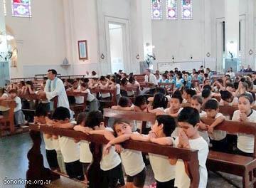Repartieron 800 rosarios a alumnos de Itatí